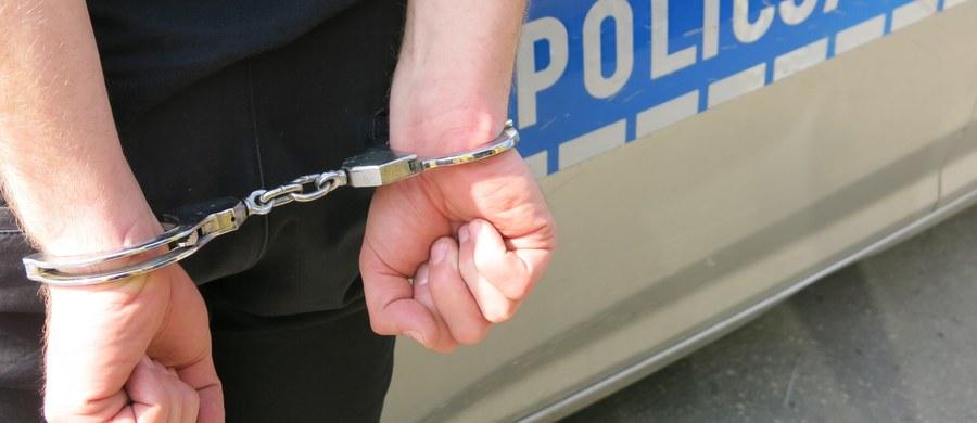 24-latek został zatrzymany w sprawie zabójstwa 59-latki w Chocianowie na Dolnym Śląsku. Ciało kobiety z licznymi ranami kłutymi znaleziono w niedzielę. Mężczyzna usłyszał już zarzut zabójstwa. To syn kobiety.