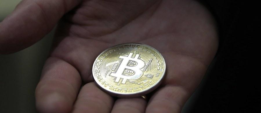 Urząd szwajcarskiego miasta Chiasso ogłosił, że podatki będzie można opłacić za pomocą kryptowaluty bitcoin - poinformowały lokalne media. Taka zmiana ma wejść w życie w styczniu 2018 roku.