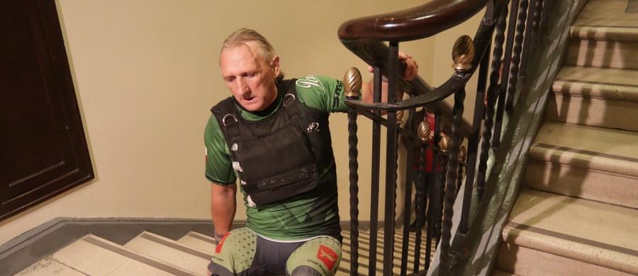 Krzysztof Jarzębski - sportowiec, któremu z powodu nowotworu amputowano nogi - wszedł na rękach na 30. piętro warszawskiego Pałacu Kultury i Nauki i w ten sam sposób wrócił na dół. 1,7 tys. schodów pokonał w 20-kilogramowej kamizelce.