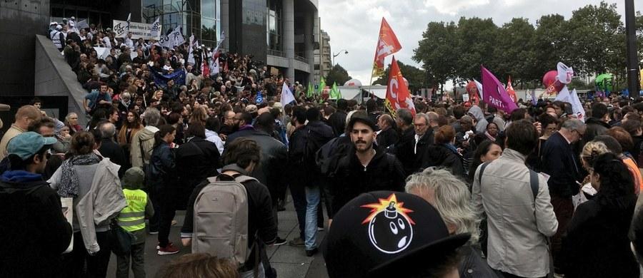 Demonstracje przeciwko polityce Emmanuela Macrona odbywają się w blisko 200 miastach i miejscowościach w całej Francji. Największa demonstracja zorganizowana została w Paryżu. Związkowcy protestują przede wszystkim przeciwko zapowiadanej przez prezydenta kontrowersyjnej reformie, która zakłada większa elastyczność kodeksu pracy. Ma ona zostać przeforsowana dekretami.