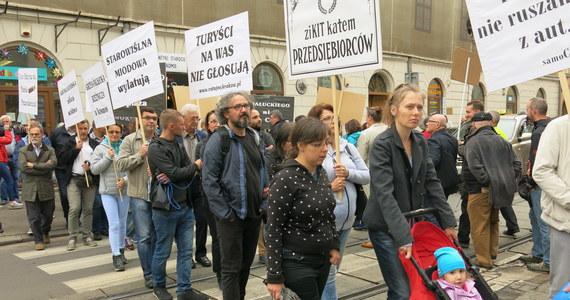 Ponad 100 osób protestowało przeciwko likwidacji miejsc parkingowych w Krakowie. Ich zdaniem uderzy to w mieszkańców, którzy nie będą mieli gdzie zostawić swoich samochodów oraz w handel.