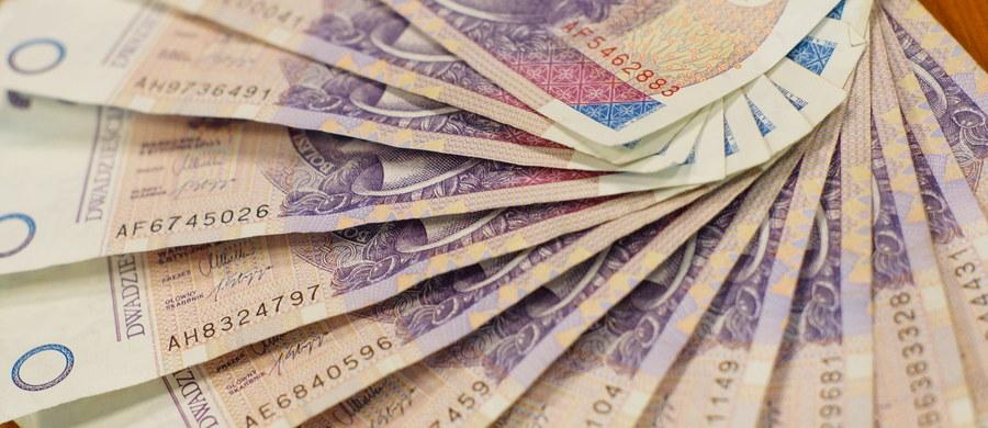 Podniesienie minimalnego wynagrodzenia w 2018 r. do 2100 zł i stawki godzinowej do 13,7 zł - takie rozwiązania przyjęła Rada Ministrów. Propozycję w tej sprawie przygotowało ministerstwo rodziny, pracy i polityki społecznej.