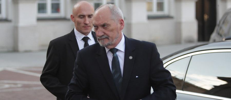 NATO, europejska polityka obronna i współpraca przemysłów obronnych Polski i Francji będą tematem rozmów ministra obrony Antoniego Macierewicza, który w środę udaje się do Paryża.