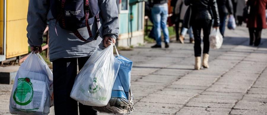"""Planowana przez rząd opłata recyklingowa zbliży Polskę do unijnych standardów. Za kilka miesięcy zapłacimy nawet złotówkę za każdą foliową torebkę wynoszoną ze sklepu - pisze w środę """"Gazeta Wyborcza""""."""