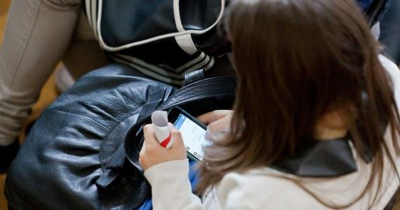 """Smartfony wejdą """"legalnie"""" do klas szkolnych we Włoszech jako pomoce naukowe - ogłosiła minister oświaty Valeria Fedeli. Jej zdaniem daje to uczniom i nauczycielom wielkie szanse. Włoskie media donoszą o przełomie w nauczaniu i zniesieniu kolejnego tabu."""