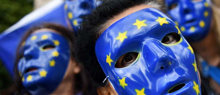 """Komisja Europejska przedstawi do końca miesiąca nowe propozycje dotyczące migracji. Będą skoncentrowane na odsyłaniu tych, którzy nie kwalifikują się do przyznania azylu - poinformował w Strasburgu przewodniczący KE Jean-Claude Juncker. W swoim dorocznym przemówieniu przed Parlamentem Europejskim mówił też o tym, że """"praworządność dla obywateli UE nie stanowi opcji, musi być obowiązkiem""""."""