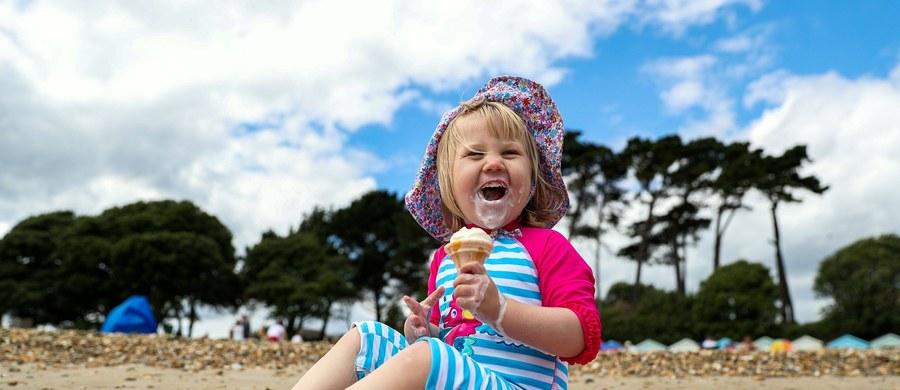"""Dzieci, które chwali się, mówiąc, że są mądre, czy też mają opinię mądrych, częściej oszukują - twierdzą na łamach czasopisma """"Psychological Science"""" naukowcy z Kanady, USA i Chin. Wyniki ich badań pokazują, że tego typu pochwały zwiększają u dzieci wrażenie presji i skłaniają je do nieuczciwych zachowań. Zdaniem autorów pracy, chwaląc dziecko lepiej koncentrować się na jego konkretnym osiągnięciu, mówić, że świetnie sobie poradziło i nie uogólniać. Wtedy zachowuje zdrową motywację do wysiłku."""