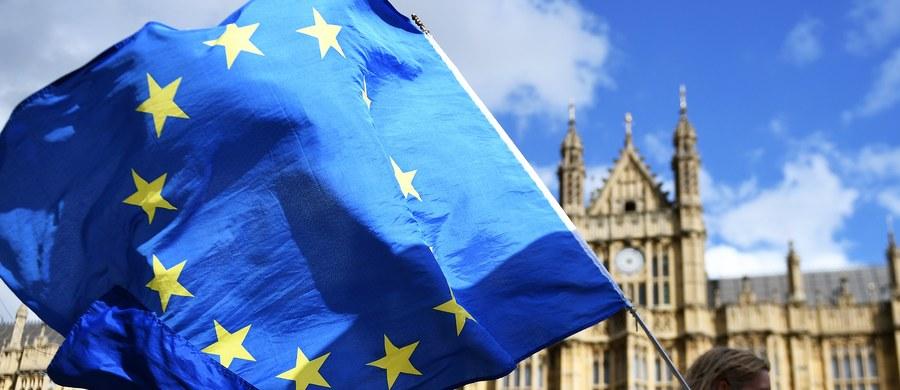 Jak w każdej partii pokera, przegrywa ten kto mrugnie pierwszy. W negocjacjach na temat Brexitu, które toczą się w Brukseli, Londyn właśnie opuścił powieki. Prośba o opóźnienie kolejnej rundy rozmów jest dowodem na to, że asy w rękawie Brytyjczyków nie są mocną kartą. Tydzień zwłoki ma umożliwić rządowi premier Theresy May zrewidowanie zasad gry i kolejne rozdanie. Te dotychczasowe nie przyniosły dotąd żadnych rezultatów.