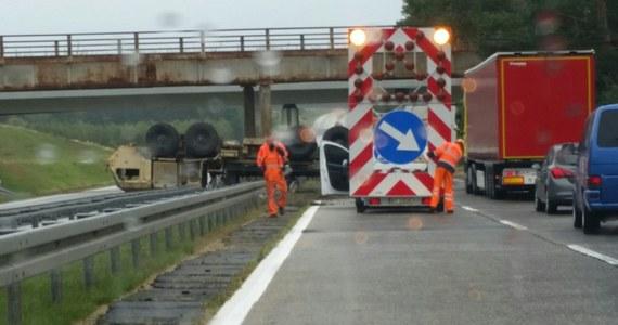 Ciężarówka stacjonujących w Polsce wojsk amerykańskich dachowała na lubuskim odcinku drogi A18. Do wypadku doszło na zjeździe do Świętoszowa.