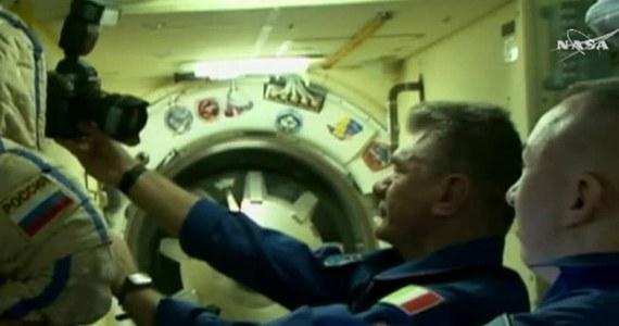 Załoga statku kosmicznego Sojuz umie sobie zorganizować czas nawet w kosmosie. Kiedy trzej nowi członkowie załogi docierali do śluzy powietrznej na Międzynarodowej Stacji Kosmicznej, czekający na nich pozostali astronauci robili sobie zdjęcia, uwieczniając swoją obecność w kosmosie z pomocą samowyzwalacza.