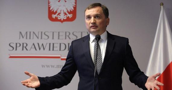 Ruszyła karuzela kadrowa w sądownictwie. Jak ustalił dziennikarz RMF FM Tomasz Skory, wczoraj minister sprawiedliwości odwołał przed upływem kadencji trzy wiceprezes Sądu Okręgowego w Warszawie - największego sądu w Polsce. Wraz z mianowaniem w poniedziałek nowego prezesa oznacza to wymianę zdecydowanej większości kierownictwa sądu. W związku z okolicznościami tego odwołania z funkcji zrezygnowała również rzecznik sądu.