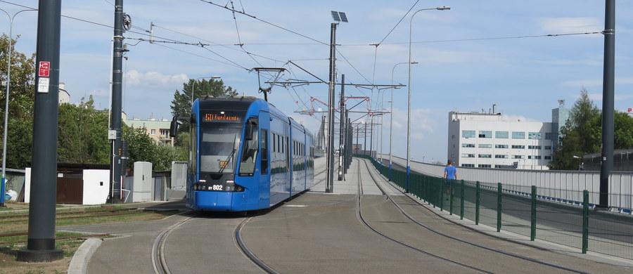 Od października uczniowie drugich i trzecich klas gimnazjów w Krakowie będą mogli bezpłatnie korzystać z komunikacji miejskiej - taką decyzję podjęli radni. Za darmo z przejazdów autobusami i tramwajami od roku korzystają już uczniowie szkół podstawowych.