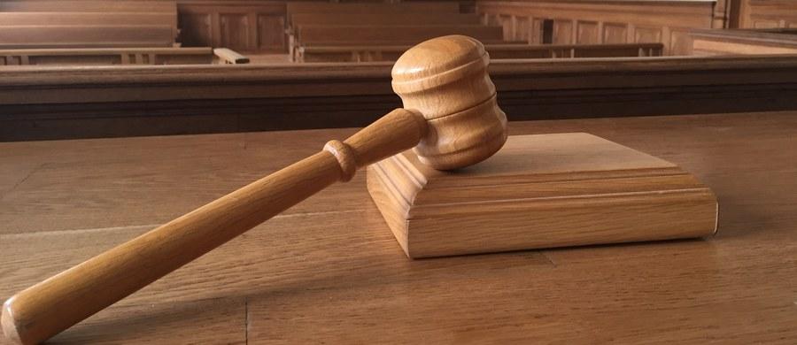 Przed Sądem Krajowym w Berlinie rozpoczął się proces dwóch Polaków oskarżonych o zamordowanie 47-letniego muzyka Jima Reevesa. Do zbrodni doszło w lutym 2016 roku w jednym z berlińskich hosteli. Zdaniem prokuratury motywem zbrodni była homofobia.