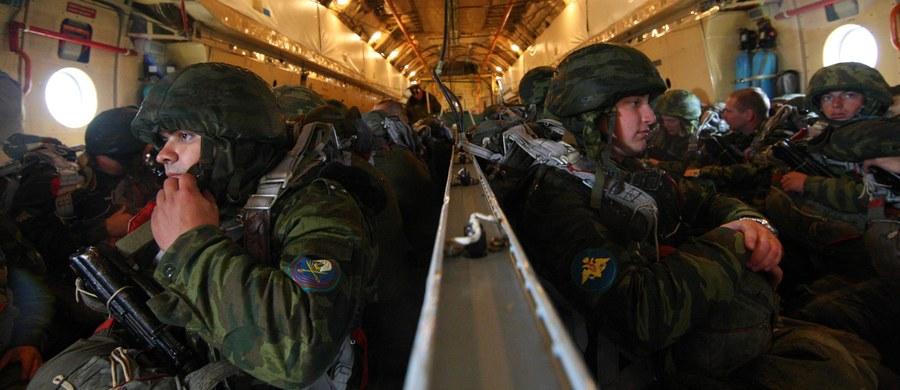 """Ministerstwo obrony Rosji poinformowało, że w czwartek rozpoczęły się strategiczne rosyjsko-białoruskie ćwiczenia wojskowe Zapad-2017, które przebiegać będą na sześciu poligonach na Białorusi i trzech w Rosji z udziałem łącznie 12 700 żołnierzy z obu krajów. Jak podał resort w komunikacie, dowódcom zgrupowań i jednostek wojskowych wręczono wytyczne sztabów generalnych sił zbrojnych Państwa Związkowego Białorusi i Rosji dotyczące """"wypełnienia zadań ćwiczebno-bojowych"""". NATO bacznie obserwuje ćwiczenia, ale obserwatorzy Sojuszu natrafią na spore utrudnienia."""