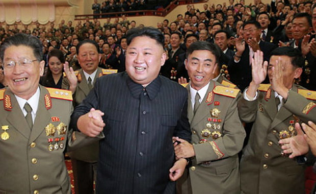 """Korea Północna zagroziła, że użyje broni jądrowej, by - jak to ujęto - """"zatopić"""" Japonię, a USA obrócić w """"popiół i ciemność"""" za poparcie rezolucji Rady Bezpieczeństwa ONZ i sankcji wobec reżimu w Pjongjangu za ostatnią próbę nuklearną. """"Cztery wyspy archipelagu (Wysp Japońskich) powinny zostać zatopione przez bombę nuklearną dżucze. Nie potrzebujemy, żeby Japonia dłużej istniała w naszym pobliżu"""" - oświadczył związany z władzami komitet zajmujący się relacjami zewnętrznymi Korei Północnej. Jego komunikat przekazała oficjalna północnokoreańska agencja prasowa KCNA."""