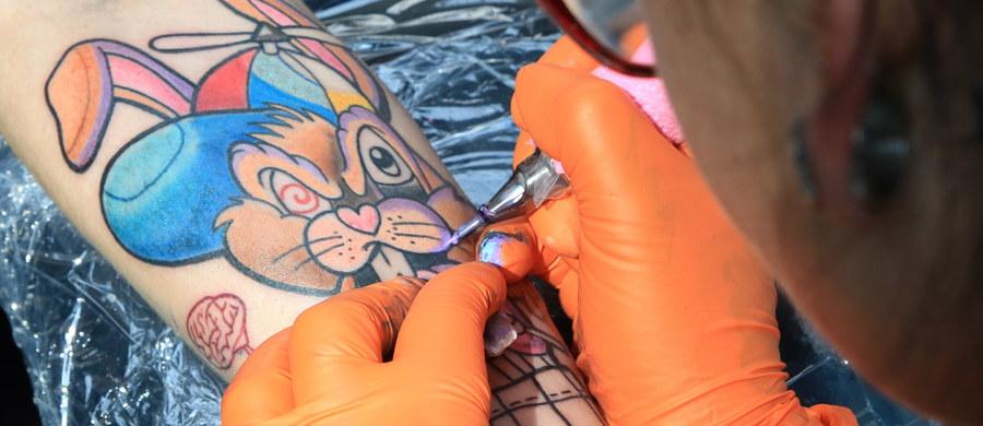 Jedna z substancji najczęściej używanych do wykonywania kolorowych tatuaży – dwutlenek tytanu – może wędrować po całym organizmie i gromadzić się w węzłach chłonnych. To najnowsze rezultaty badań ekipy europejskich naukowców.