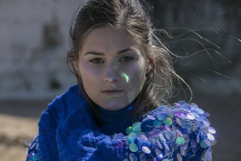 """Pola Rise uchyliła pierwszego rąbka tajemnicy i zaprezentowała pierwszy klip, który zapowiada jej debiutancki album. Utwór """"Hear You"""", wyprodukowany przez Robota Kocha, zwiastuje płytę """"Anywhere But Here""""."""