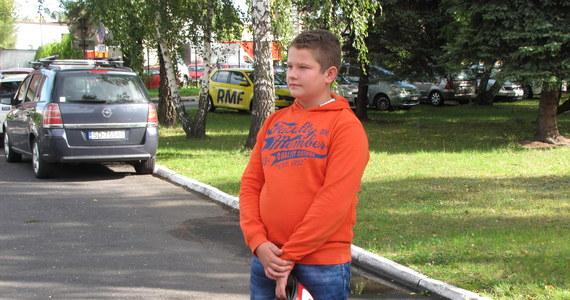 12-letni Michał Dobaj z Dąbrowy Górniczej został nagrodzony przez strażaków. W tamtejszej komendzie zorganizowano dla niego specjalny pokaz, a on sam dostał prawdziwy hełm strażacki. To nagroda za to, że nastolatek - jak zawodowy ratownik - próbował reanimować na ulicy nieprzytomnego człowieka.