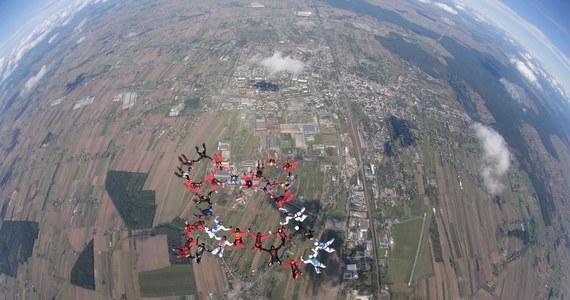 """""""Na strefie spadochronowej Sky Force w Piotrkowie Trybunalskim odbyła się wczoraj próba ustanowienia Sekwencyjnego Rekordu Polski 30 way. Udało się go zrobić w trzecim skoku. Zrobiliśmy dwa punkty"""" - mówi w rozmowie z RMF FM Witold Kielerz, organizator rekordu. W przedsięwzięciu wzięło udział 30 spadochroniarzy, dwóch kamerzystów, a skoki wykonywane były z dwóch samolotów lecących w szyku."""