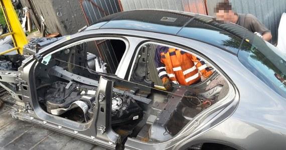 Policjanci CBŚP z Białegostoku zlikwidowali ukrytą w lesie dziuplę samochodową, w której znaleźli części i podzespoły pochodzące z luksusowych samochodów skradzionych w Wielkiej Brytanii. Zatrzymano mężczyznę, któremu w Prokuraturze Rejonowej w Białymstoku przedstawiono zarzuty paserstwa. Chodzi o dziesięć samochodów, których wartość policja szacuje na 2 mln zł