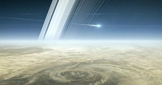 Sonda Cassini kończy swoją misję na orbicie Saturna. O 12:32 czasu polskiego rozpadnie się po wejściu w gęstsze warstwy atmosfery planety. Blisko 20 lat po starcie z Ziemi i około 13 lat po rozpoczęciu badań Saturna, jego księżyców i pierścieni, próbnik ulegnie zniszczeniu. Kierownictwo misji podjęło taką decyzję, by w ten sposób upewnić się, że sonda nie zanieczyści powierzchni księżyców Saturna, szczególnie Enceladusa, na którym naukowcy w przyszłości chcą szukać śladów ewentualnego pozaziemskiego życia. Aparatura sondy pracuje wciąż bez zarzutu, ale kończy się paliwo niezbędne do kontroli jej lotu. Naukowcy nie chcą ryzykować.
