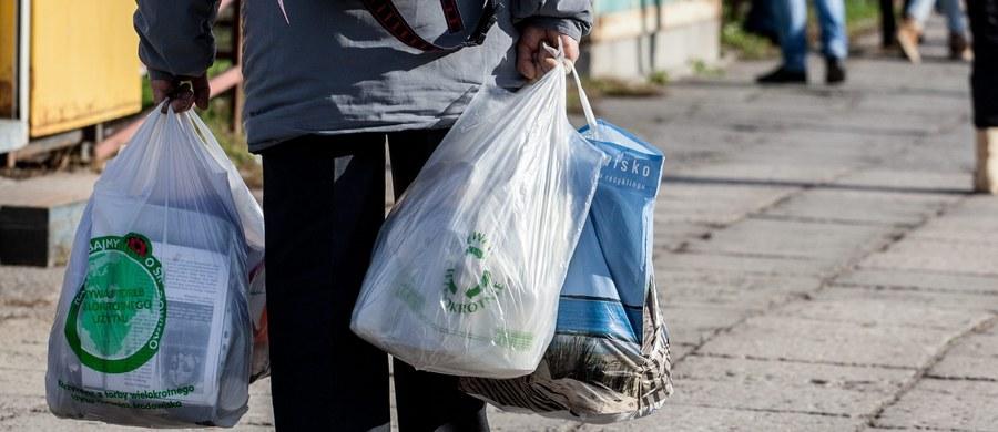 Posłowie zdecydowali, że od nowego roku wydawane w sklepach jednorazowe torby foliowe nie będą bezpłatne. Zgodnie z przepisami maksymalnie będą mogły one kosztować złotówkę. Resort środowiska zapowiedział jednak, że w rozporządzeniu do ustawy zaproponuje cenę 20 groszy.