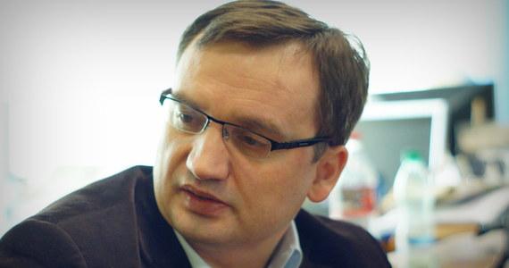 Tylko z powodu działań ministra sprawiedliwości w polskich sądach brakuje blisko 900 sędziów - tak kadrowe braki podsumowała Krajowa Rada Sądownictwa. Jej zdaniem, za 2,5 miliona spraw zalegających w sądach odpowiada w dużym stopniu Zbigniew Ziobro.