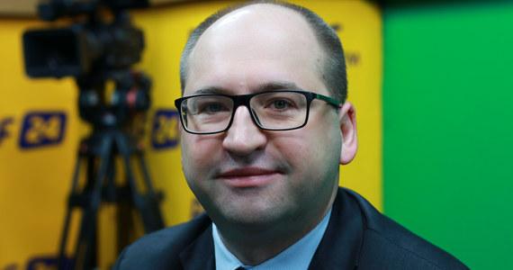 """""""O kampanii Polskiej Kampanii Narodowej dowiedziałem się z mediów"""" – stwierdził Adam Bielan w programie Gość Krzysztofa Ziemca w RMF FM. Jak powiedział, """"wielu polityków nie wiedziało, że kampania jest przygotowywana"""". Bielan zapewniał, że fundacja jest niezależna od rządu, mimo że jest finansowana ze środków spółek Skarbu Państwa. """"Przy tej całej dyskusji (wokół fundacji – red.), która wzbudza duże emocje, mam nadzieję, że nie ucierpi sama idea fundacji. Osobiście wiążę z nią bardzo duże nadzieje"""" – oświadczył wicemarszałek Senatu. """"Byłbym hipokrytą gdybym powiedział, że dobre sondaże nie cieszą partii, które je osiągają"""" – mówił o wysokich notowaniach PiS-u. Gość Krzysztofa Ziemca w RMF FM dodawał: """"Te sondaże nie mogą nas uśpić. Łaska wyborców na pstrym koniu jeździ i trzeba się mocno starać, żeby to wysokie poparcie utrzymać""""."""