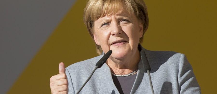 """Węgrom mogą grozić konsekwencje finansowe, jeśli Budapeszt nie zastosuje się do orzeczenia Trybunału Sprawiedliwości UE w sprawie przyjęcia uchodźców - oświadczyła kanclerz Niemiec Angela Merkel w wywiadzie dla gazety """"Nordwest Zeitung"""" (wydanie sobotnie)."""