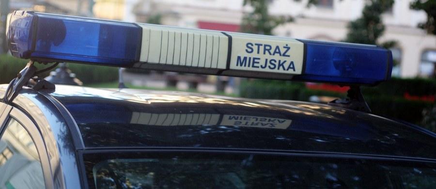 W krakowskiej Nowej Hucie padły strzały. Broń został została użyta przez policjantów podczas próby zatrzymania samochodu, którym uciekały dwie osoby. Jak ustalił reporter RMF FM Marek Wiosło, wcześniej samochód potrącił dwóch strażników miejskich.
