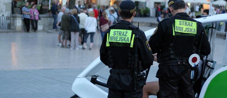 Dwaj mężczyźni w wieku 32 i 24 lat zostali zatrzymani w Nowej Hucie w Krakowie po tym, jak ich samochód potrącił strażników miejskich. Teraz okazuje się, że kierujący autem, który nie zatrzymał się do kontroli, był pod wpływem narkotyków.