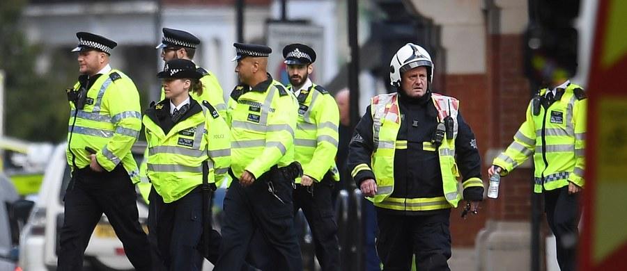 """W związku z wczorajszym zamachem w londyńskim metrze policja zatrzymała w rejonie Dover 18-latka - podała agencja Reutera. """"Dokonaliśmy ważnego aresztowania. Jesteśmy zadowoleni z postępów w śledztwie, ale ono nie zostało jeszcze zakończone, a poziom zagrożenia nadal jest krytyczny"""" – podkreślił Neil Basu, koordynator ds. działań antyterrorystycznych."""