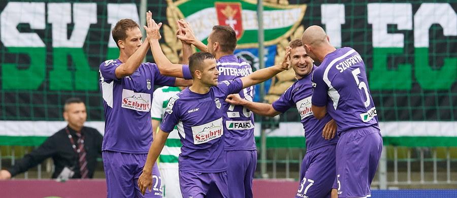 W meczu 9. kolejki ekstraklasy Sandecja podejmie na stadionie w Niecieczy Bruk-Bet Termalikę, od której wynajmuje stadion na swoje domowe spotkania. Obiekt w Nowym Sączu nie spełnia wymogów licencyjnych, a przyszłym roku ma się rozpocząć jego przebudowa. Derby Małopolski na poziomie Ekstraklasy - bez udziału klubu z Krakowa - rozegrane zostaną po raz pierwszy w historii. Niedzielne spotkanie wywołuje spore zainteresowanie, organizatorzy spodziewają się, że obejrzy je komplet widzów. Na jednej trybunie będą zasiadać sympatycy Sandecji, na drugiej Bruk-Betu, który po ośmiu kolejkach, z dorobkiem pięciu punktów, zajmuje ostatnie miejsce w tabeli.