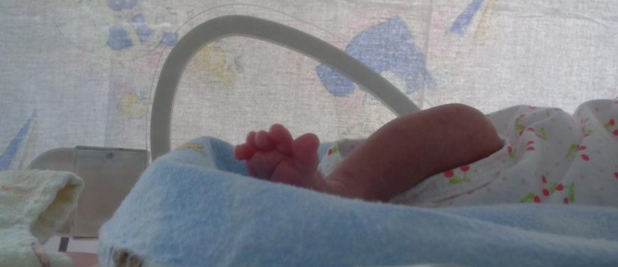 Policja wciąż szuka rodziców, którzy w piątek – mimo częściowo ograniczonych praw rodzicielskich – zabrali wcześniaka ze szpitala w Białogardzie. Dziecko urodzone w 36. tygodniu ciąży powinno być pod naszą opieką – podkreślił ordynator oddziału położniczo-ginekologicznego placówki, dr Roman Łabędź.