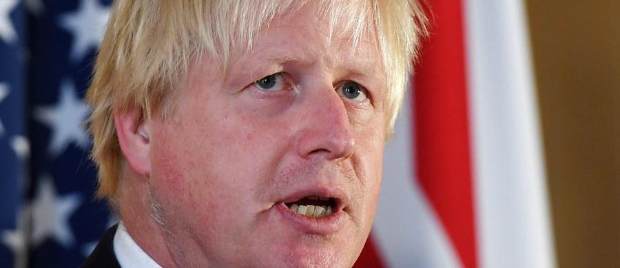 """Szef dyplomacji Wielkiej Brytanii Boris Johnson opublikował w dzienniku """"Daily Telegraph"""" swój manifest dotyczący wyjścia kraju z Unii Europejskiej, opowiadając się za tzw. twardym Brexitem. """"Przekujemy Brexit w sukces"""" - zapewnił. Publikacja tekstu Johnsona była - jak podkreśliła redakcja gazety - zaskoczeniem dla premier Theresy May i jej najbliższego otoczenia."""