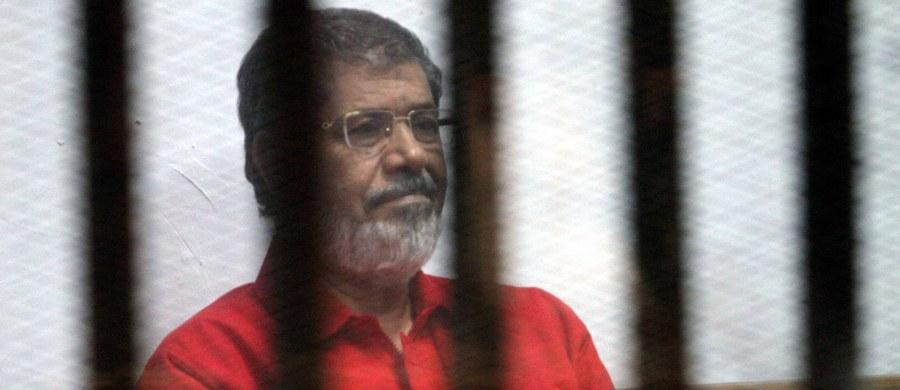 Egipski Sąd Kasacyjny skazał byłego islamistycznego prezydenta Mohammeda Mursiego na 25 lat więzienia za szpiegostwo na rzecz Kataru, w tym przekazywanie tajemnic państwowych i poufnych dokumentów. W rozstrzygającym orzeczeniu sąd obniżył wymiar kary dla Mursiego z zasądzonych wcześniej 40 do 25 lat.