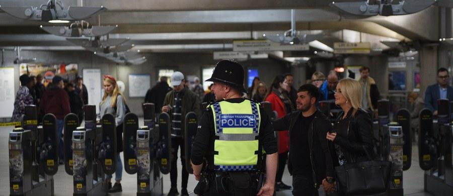 Brytyjska policja poinformowała, że po zatrzymaniu w Dover na południu Anglii 18-latka podejrzewanego o związki z piątkowym zamachem w londyńskim metrze, wciąż szuka ewentualnych dalszych podejrzanych. 18-latkowi nie przedstawiono dotąd zarzutów, nie ujawniono też jego tożsamości.