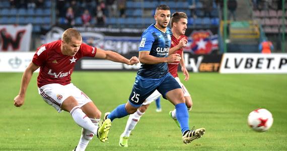 W meczu 9. kolejki piłkarskiej ekstraklasy Wisła Kraków pokonała 2:0 Piasta Gliwice. Obydwa gole w samej końcówce zdobył Carlitos.