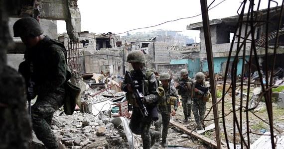 Filipińska armia poinformowała w niedzielę, że przejęła kontrolę nad centrum dowodzenia dżihadystów z Państwa Islamskiego (ISIS) w Marawi, na południu kraju, gdzie od czterech miesięcy trwa islamistyczna rebelia. Według wojska, znacznie osłabi to bojowników.