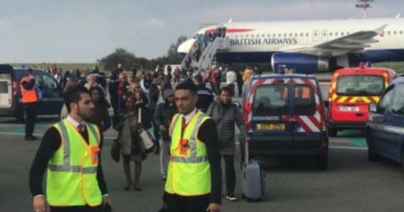 Antyterroryści otoczyli przed południem samolot British Airways stojący na płycie lotniska Charles De Gaulle w Paryżu. Pasażerom nakazano natychmiastową ewakuację.