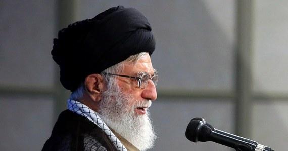 """Duchowy i polityczny przywódca Iranu ajatollah Ali Chamenei oświadczył w niedzielę, że jego kraj stanowczo zareaguje na jakikolwiek """"zły ruch"""" ze strony Stanów Zjednoczonych w kwestii porozumienia nuklearnego z 2015 roku."""