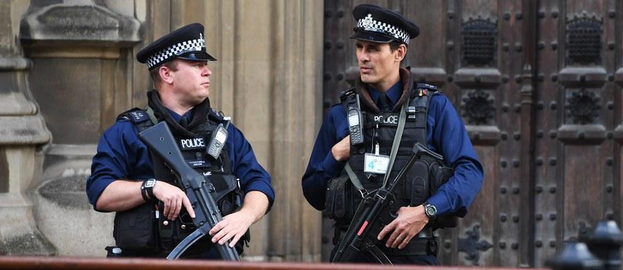 Brytyjska policja poinformowała w niedzielę, że przeszukuje dom w Stanwell na przedmieściach Londynu w związku aresztowaniem dzień wcześniej drugiego podejrzanego w sprawie piątkowego ataku bombowego w londyńskim metrze.