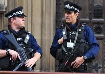 Akcja policji w Londynie. Funkcjonariusze otoczyli kordonem jeden z domów