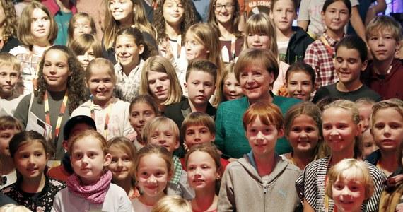 Uwielbia rosół i spaghetti, jej ulubione zwierzę to jeż, a sama marzy, by na jeden dzień zostać astronautką - ujawniła kanclerz Niemiec Angela Merkel na specjalnej konferencji prasowej w Berlinie, podczas której pytania zadawały tylko dzieci. Na spotkaniu z panią kanclerz pojawiło się ponad 150 dzieci w towarzystwie rodziców, ale tylko tym pierwszym wolno było zadawać pytania.