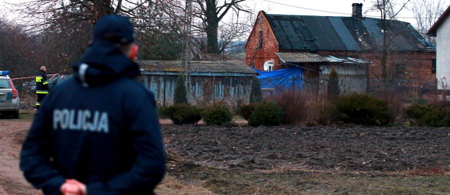 Ograniczoną poczytalność miał mężczyzna podejrzany o brutalne zamordowanie swoich rodziców w miejscowości Model na Mazowszu. Takie są wyniki badań psychiatrycznych 50-latka, do których dotarł nasz dziennikarz. Podejrzany miał zabić swoich rodziców siekierą. Usłyszał zarzut zabójstwa ze szczególnym okrucieństwem.