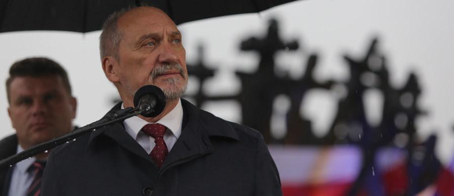 Gdyby nie cios ze strony sowieckiej, losy wojny potoczyłyby się inaczej; nie byłoby Holokaustu - mówił przed Pomnikiem Poległym i Pomordowanym na Wschodzie minister obrony Antoni Macierewicz.