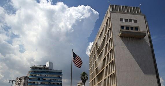 """W następstwie serii niewyjaśnionych incydentów z udziałem amerykańskich dyplomatów na Kubie, opisywanych w mediach jako """"ataki akustyczne"""", USA rozważają zamknięcie ambasady w Hawanie - powiedział amerykański sekretarz stanu Rex Tillerson. Tillerson wyjaśnił w wywiadzie dla telewizji CBS, że zamknięcie placówki jest przedmiotem """"oceny"""" i """"przeglądu"""". Dodał, że zważywszy na poważny uszczerbek na zdrowiu niektórych dyplomatów, sprawa jest traktowana """"bardzo poważnie"""". Podkreślił też, że część Amerykanów skarżąca się na niewytłumaczalne dolegliwości wróciła do kraju."""