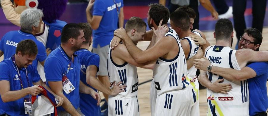Koszykarze Słowenii pokonali w Stambule Serbię 93:85 (20:22, 36:25, 14:20, 22:18) i po raz pierwszy zdobyli mistrzostwo Europy. Nie przegrali w turnieju żadnego meczu. Do tej pory ich najlepszym osiągnięciem była czwarta lokata w 2009 r. w Polsce. Polska, która nie uzyskała awansu z grupy A (przegrała m.in. z późniejszym triumfatorem turnieju), została sklasyfikowana na 18. pozycji.