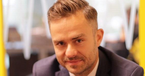"""Czy Sejm przepuści ustawy reformujące sądownictwo, które zaproponuje prezydent? Były rzecznik PiS Adam Hofman uważa, że nie ma innej opcji. """"Inaczej cała Polska odczyta to jako wojnę na górze, która jest niepotrzebna. To jest jedyna rzecz, która może przeszkodzić obozowi władzy przy tak wysokich sondażach i doprowadzić do katastrofy"""" – mówił gość Porannej rozmowy w RMF FM. Według Hofmana konflikt prezydenta z Antonim Macierewiczem jest na razie nie do rozwiązania. """"Nie sądzę, by był możliwy sukces. Antoni Macierewicz jako minister obrony narodowej w normalnym trybie jest nie do ruszenia"""" – mówił były rzecznik. """"Jeśli dojdzie do rekonstrukcji rządu przed wyborami i gabinet będzie bardziej techniczny, to minister Macierewicz i minister Ziobro mogą wrócić do parlamentu na ten okres ośmiu miesięcy. Dzisiaj ta walka jest skazana na niepowodzenia"""" – dodał. Hofman uważa także, że klasyczny kandydat Prawa i Sprawiedliwości nie ma szans na zwycięstwo w wyborach samorządowych w dużych miastach. """"W Warszawie ma szansę wygrać ktoś, kto w pierwszej turze weźmie elektorat PiS, a w drugiej będzie mógł go poszerzyć"""" – mówi. """"Przychodzi na myśl minister Anna Streżyńska lub ktoś podobny do niej – dodał gość Roberta Mazurka."""