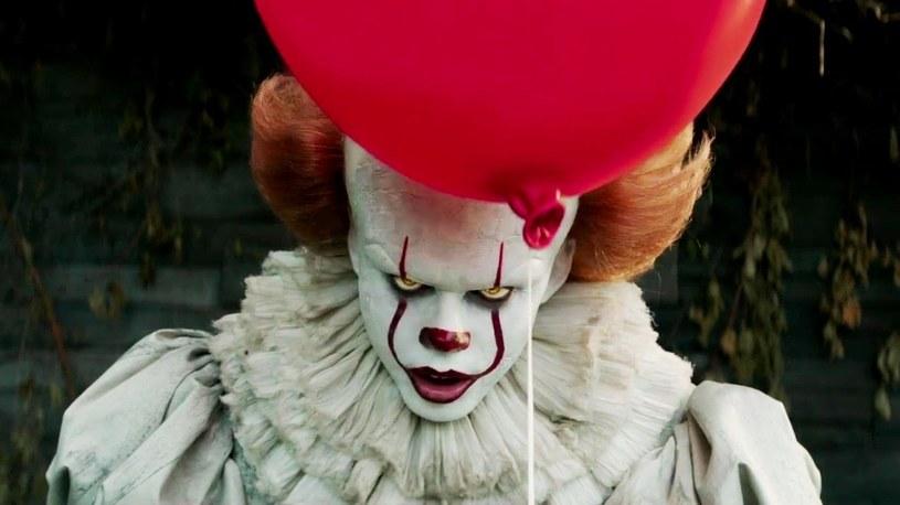 """""""To"""" Andresa Muschiettiego utrzymało się na pierwszym miejscu najpopularniejszych kinowych produkcji w Stanach Zjednoczonych. Tym samym nie dopuściło do wejścia na szczyt box-office'u horroru """"mother!"""" Darrena Aronofskiego."""